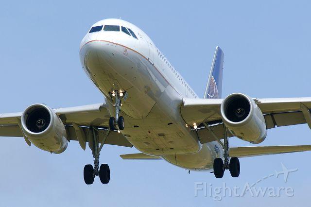 Airbus A319 (N851UA) - 12R approach