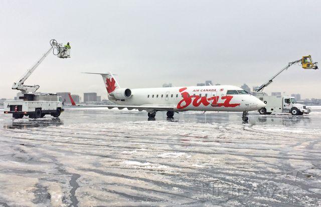 Canadair Regional Jet CRJ-200 (C-GJZZ) - Deicing @ The J-Pad