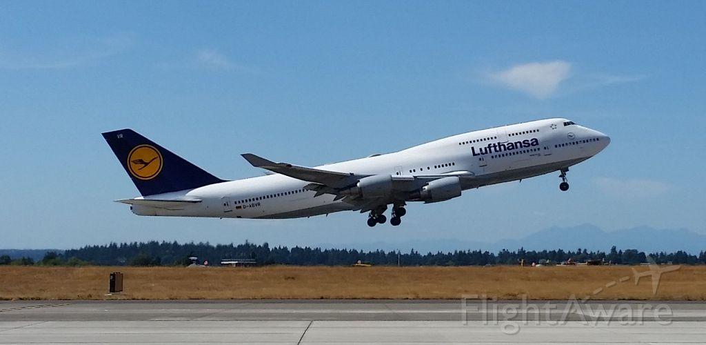 Boeing 747-400 (D-ABVR) - Taking off for FRA