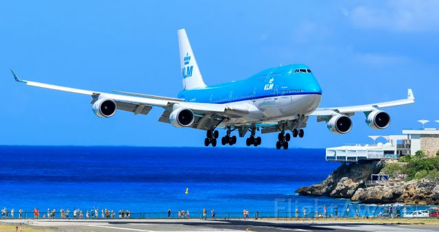 Boeing 747-400 (PH-BFL) - KLM landing at TNCM Sint Maarten over the maho beach.