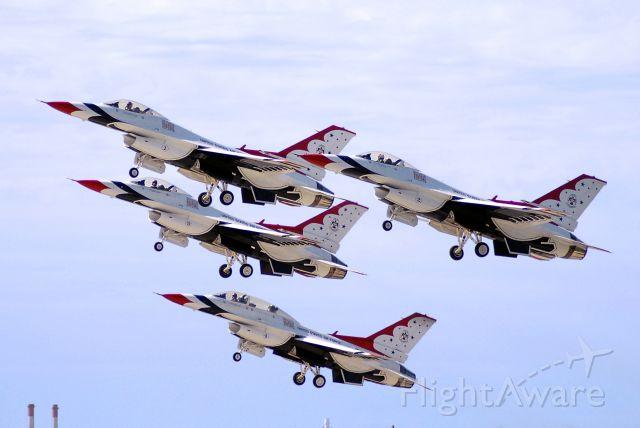 Lockheed F-16 Fighting Falcon — - USAF Thunderbirds taking off at the Kansas City Air Show 2008