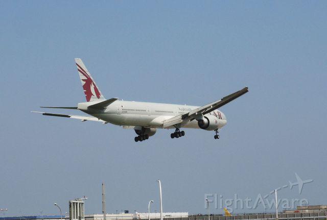 Boeing 777 (A7-BAN) - Runway 13L landing 2016