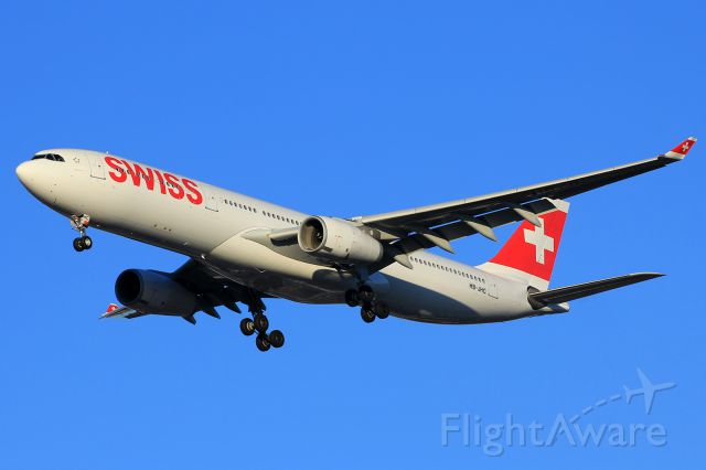 Airbus A330-300 (HB-JHC) - Approaching rwy28C on a beautiful afternoon