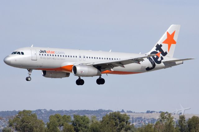 Airbus A320 (VH-JQG) - On short finals for runway 05. Friday 19th April 2013.