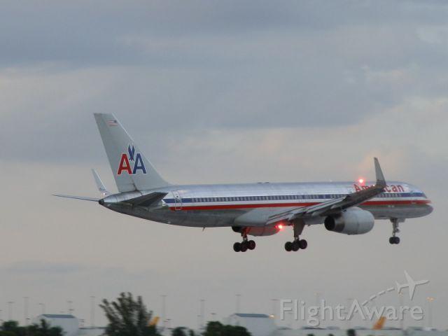Boeing 757-200 (N676AN) - Landing at dusk