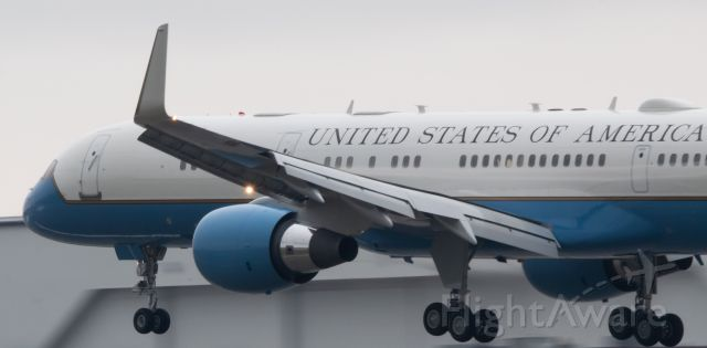98-0001 — - Air Force 2 seconds away from landing on runway 9R at Pontiac/Oakland County International Airport.