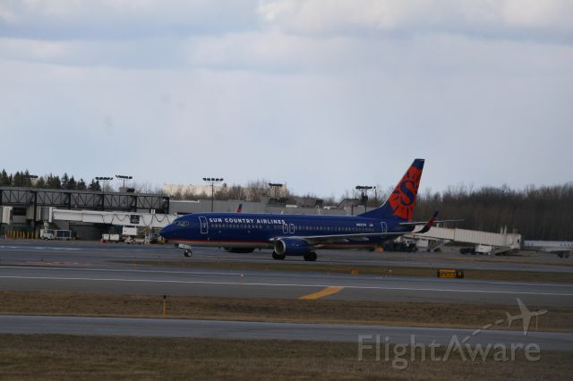 Boeing 737-800 (N827SY) - Peep the E145 in the background