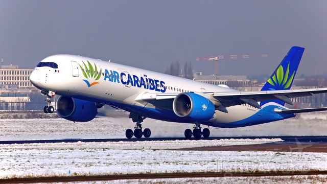 Airbus A350-900 (F-HHAV) - Neige à Orly cet Hiver. Le long de la 06.