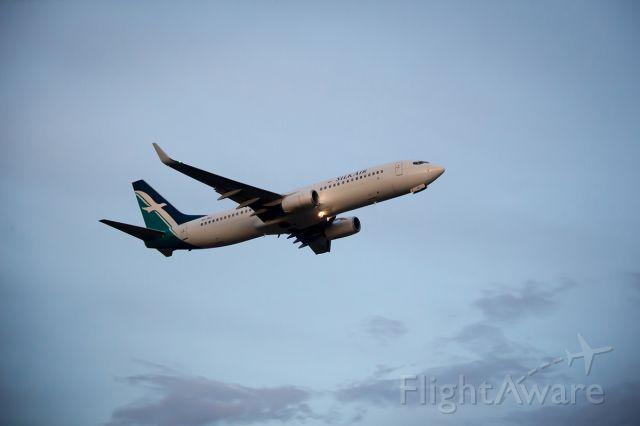 Boeing 737-700 (9V-MGI) - Takeoff