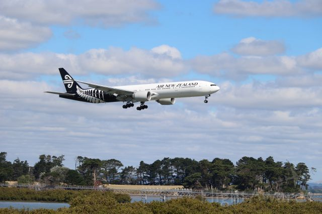 BOEING 777-300 (ZK-OKR) - ZK-OKR on final approach at Auckland Int.
