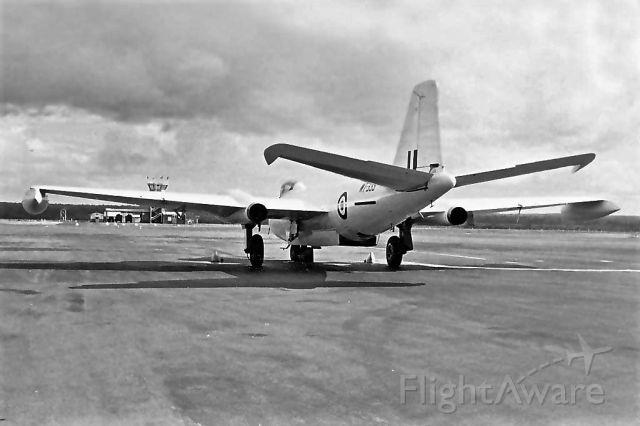 ENGLISH ELECTRIC Canberra (WSG333) - EE Canberra B(I) 8 RAF WT-333 RAAF Pearce (YPEA) late 1960s.