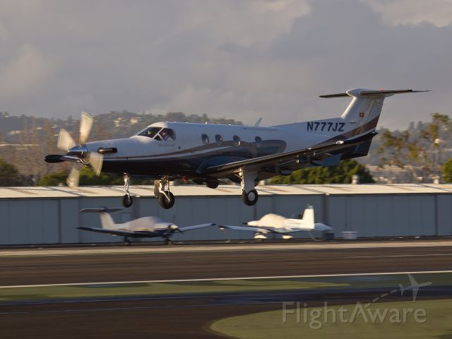Pilatus PC-12 (N777JZ) - N777JZ arriving on RWY 21