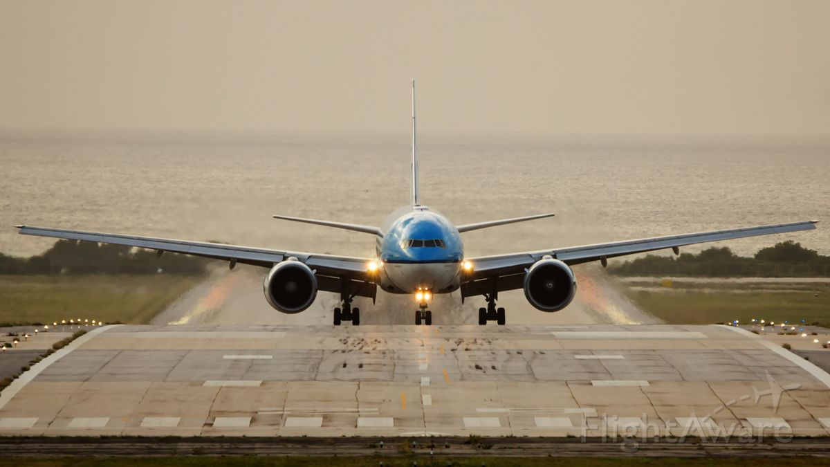 Boeing 777-200 (PH-BQB) - Face to face arrival from Bonaire.