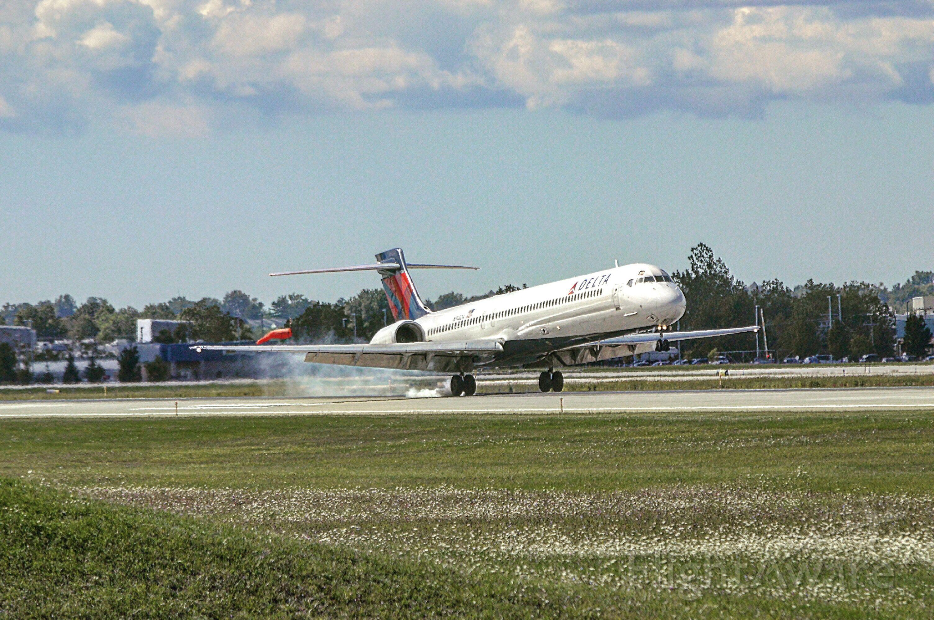 McDonnell Douglas MD-90 (N903DA)