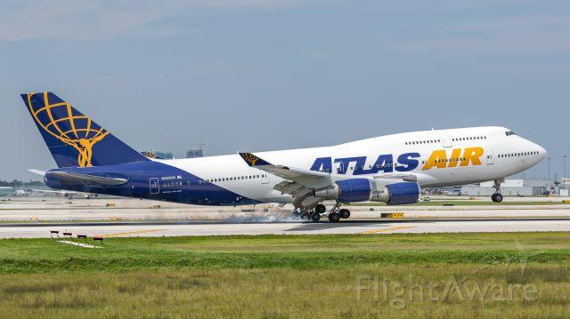 Boeing 747-400 (N322SG) - Atlas Air B744 landing on runway 10R at KFLL carrying the Baltimore Ravens Football team