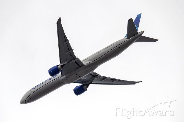 Boeing 777-200 (N2250U)