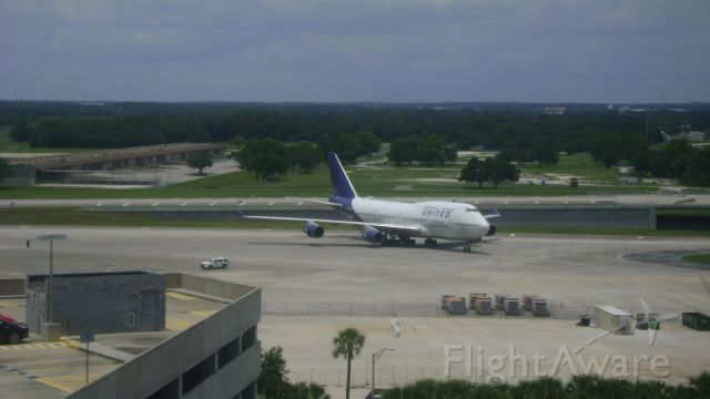 Boeing 747-400 (N194UA) - Taxing after landing