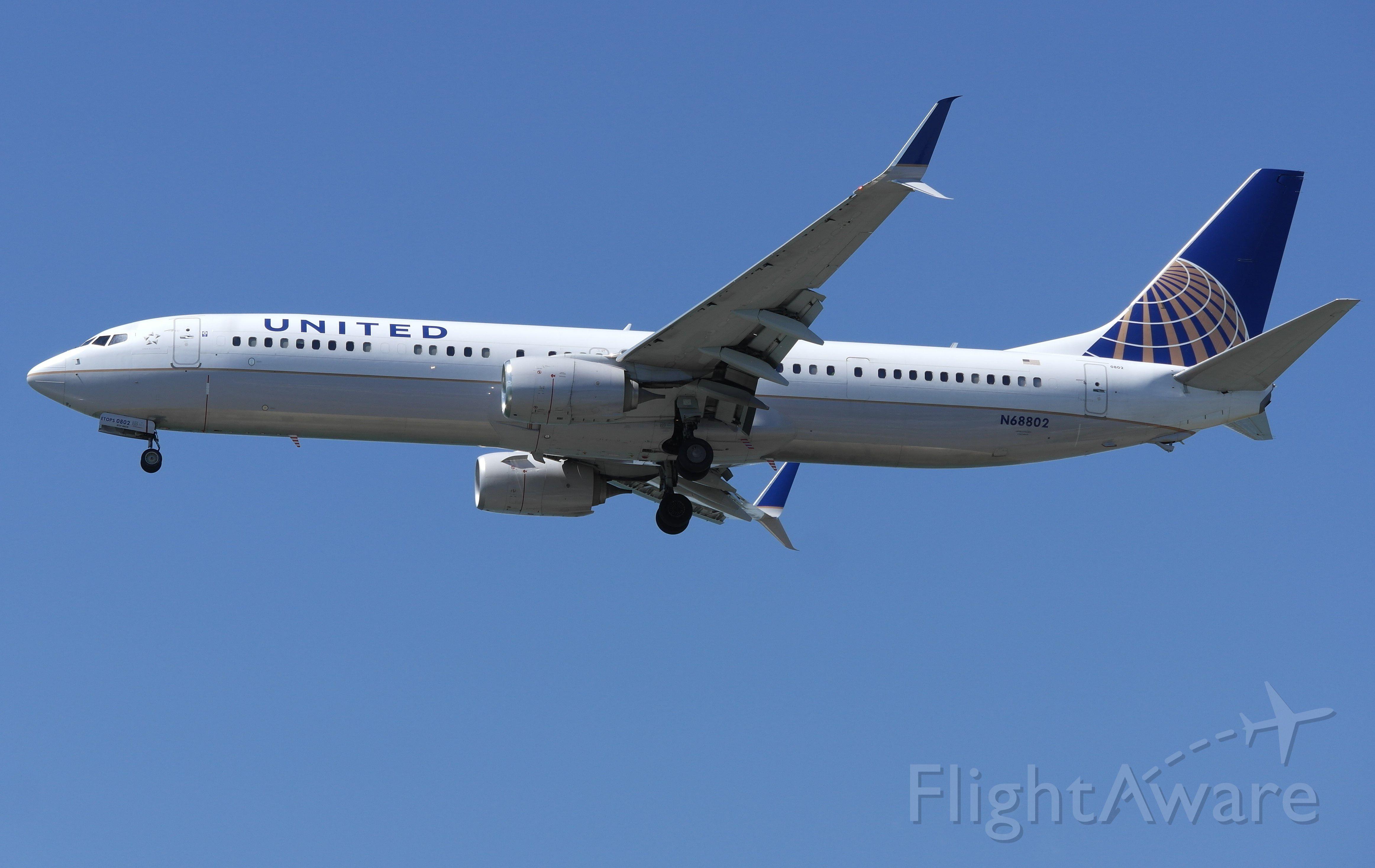 Boeing 737-800 (N68802)