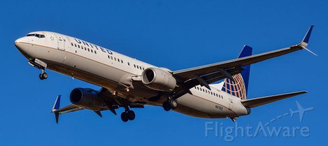 Boeing 737-900 (N67815) - Seconds away from landing on Runway 27 at George Bush Intercontinental Airport (IAH)