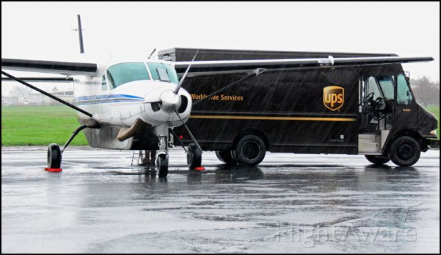 Cessna Caravan (N932C) - Unloading in the rain