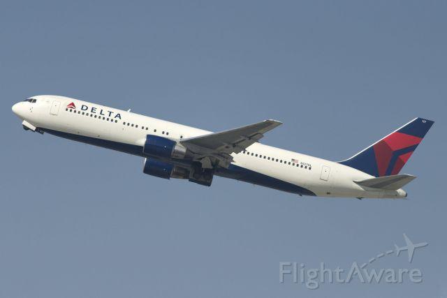 BOEING 767-300 (N127DL) - N127DL  Boeing  B767-332  DAL  KLAX  20130304  4237