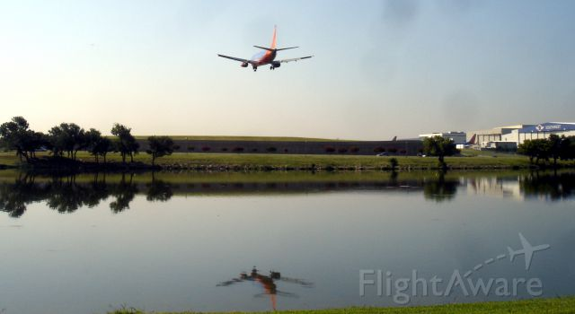 Boeing 737-500 (N510SW) - Southwest N510SW (likely) coming into Dallas Love Field on June 24th, 2009. Reflected on waters of Bachman Lake Park. A scenic place to view traffic going into Love Field.