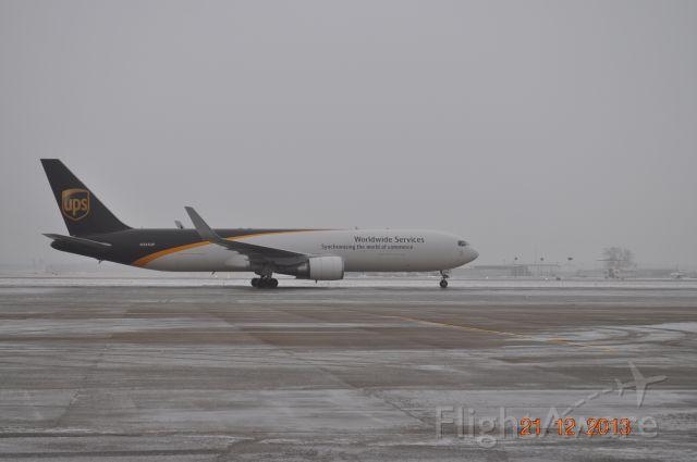 BOEING 767-300 (N345UP)