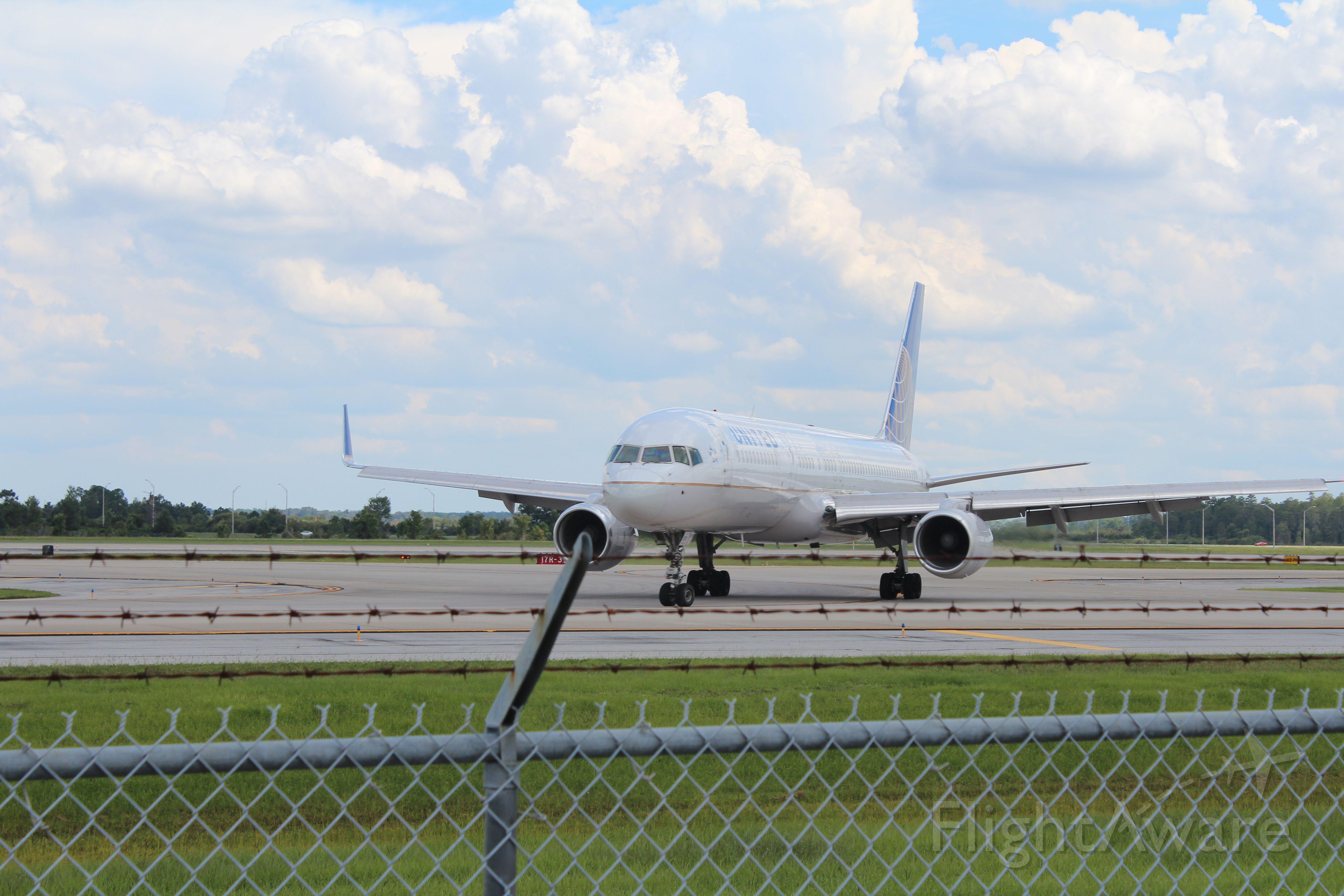 Boeing 757-200 (N14118) - KMCO