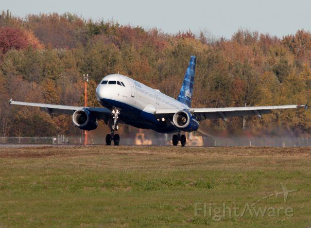 Airbus A320 (N603JB) - Touch down RW28.