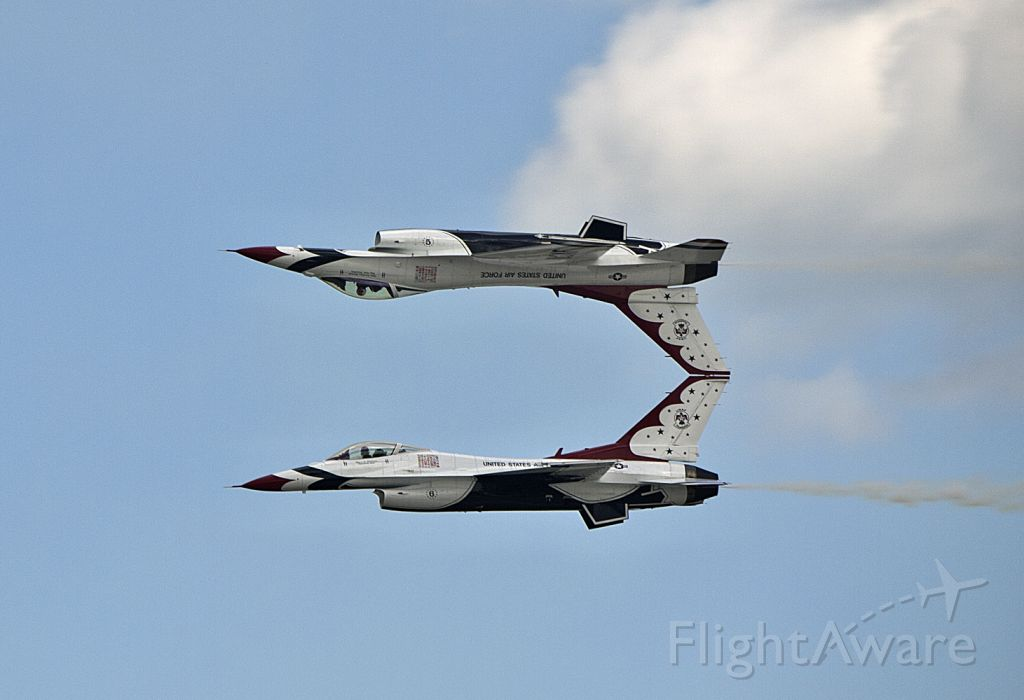 Lockheed F-16 Fighting Falcon — - Thunderbord Mirror Pass at Joint Base Andrews Airshow in 2011.