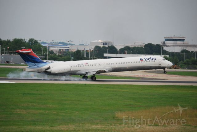 McDonnell Douglas MD-88 (N907DE) - Arriving on runway 18C - 6/17/09