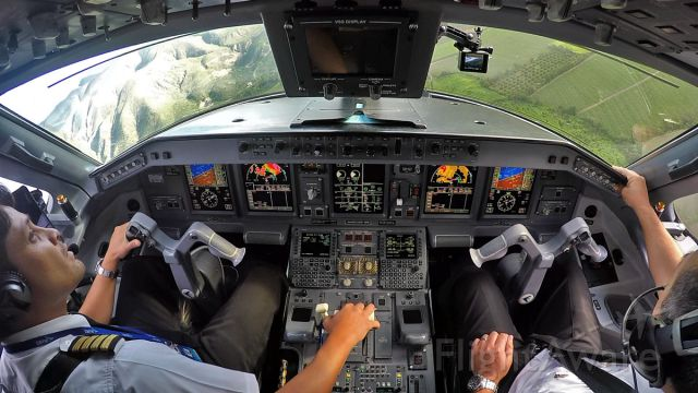 """Embraer ERJ-190 (HC-CGG) - Tame E-190 turning on final at Loja, a """"Captain"""