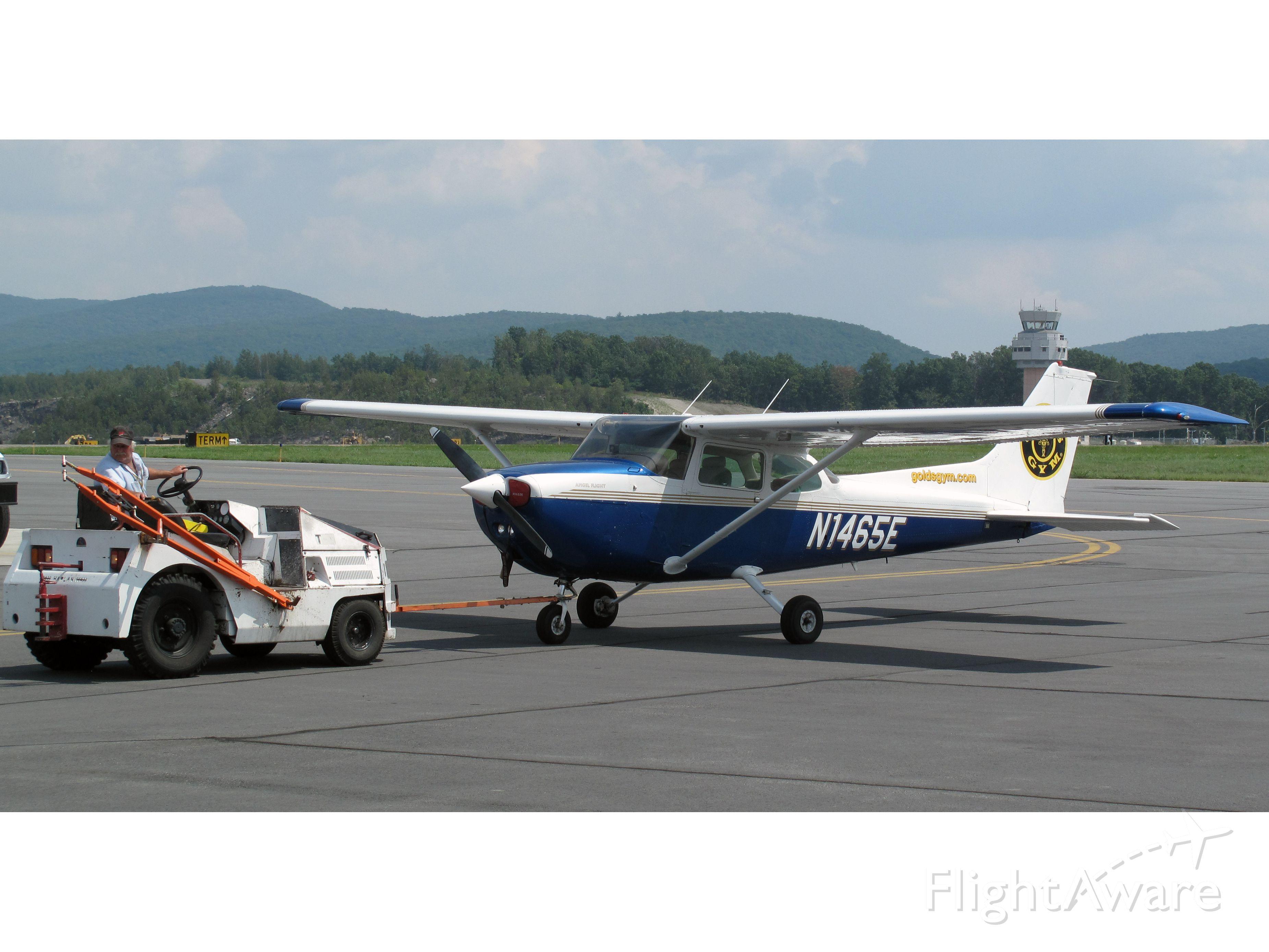 Cessna Skyhawk (N1465E) - Nice paint job.