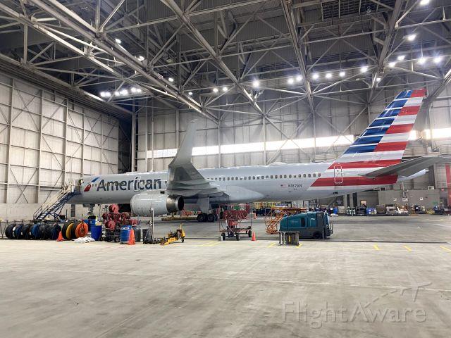 Boeing 757-200 (N187AN)