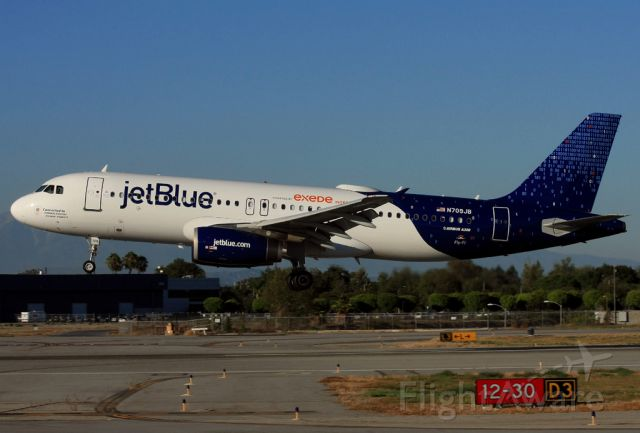 Airbus A320 (N709JB) - Jet Blue(connected to) landing on RWY30 at Long Beach(KLGB/LGB).