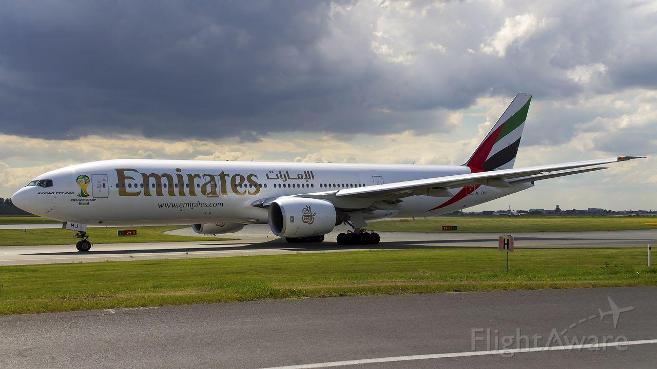 Boeing 777-200 (A6-EMJ)