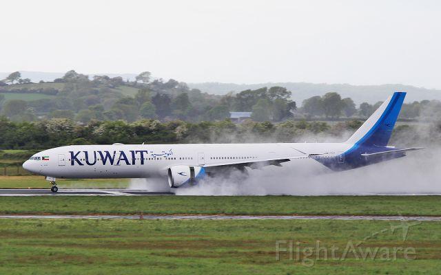 BOEING 777-300 (9K-AOH) - kuwait b777-369er 9k-aoh landing on a very wet runway at shannon 13/5/17.