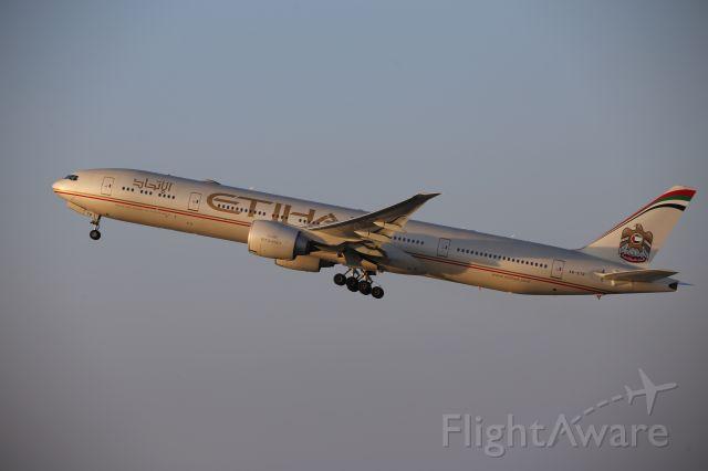 BOEING 777-300ER (A6-ETR)