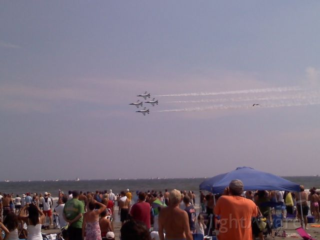 — — - USAF Thunderbirds flying in formation at the Atlantic City Airshow