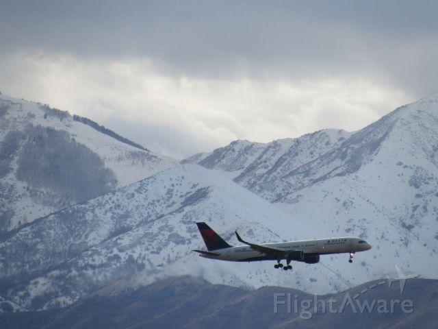 Boeing 757-200 (N664DN) - Landing on 34L