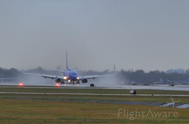 BOEING 737-300 (N466WN) - Rainy landing 12R KHOU