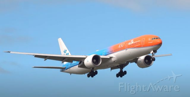 BOEING 777-300 (PH-BVA) - final approach from Lima