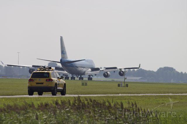 Boeing 747-400 (PH-BFV) - Polderbaan Landing. Opweg naar de Gate