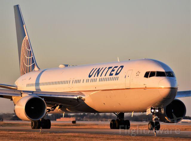 BOEING 767-300 (N644UA) - United Boeing 767-300ER.  IAH, Houston, Tx