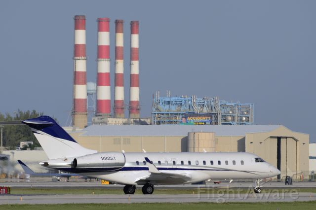 Bombardier Global Express (N905T) - Taxi on arrival to KFLL