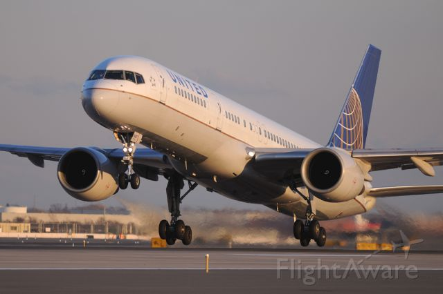 Boeing 757-200 (N587UA)